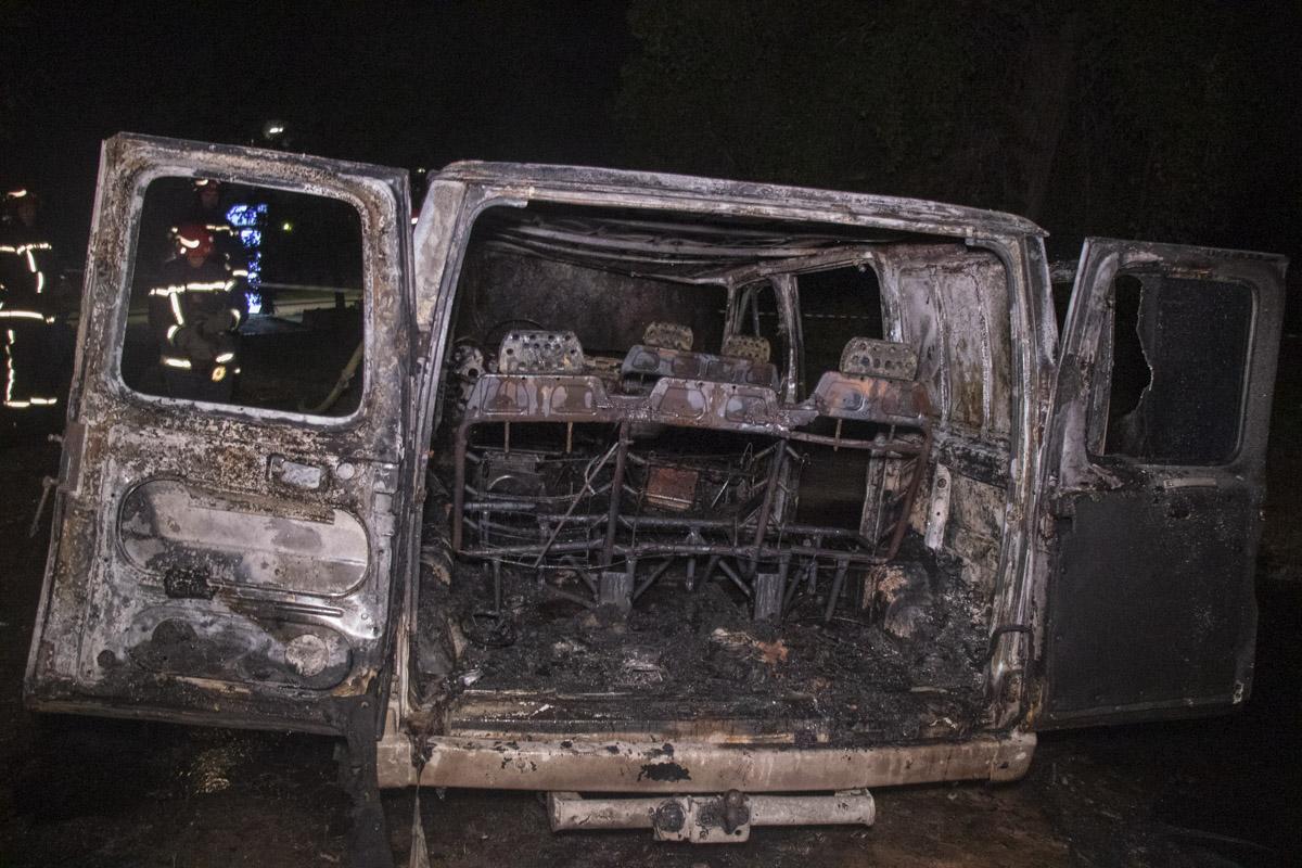 Огонь полностью уничтожил автомобиль