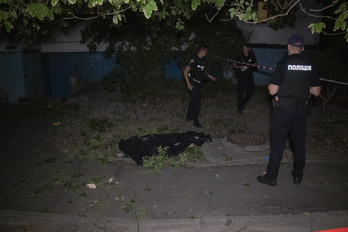 В Киеве по адресу улица Каштановая, 4 под окнами 18-этажного этажа обнаружили тело женщины
