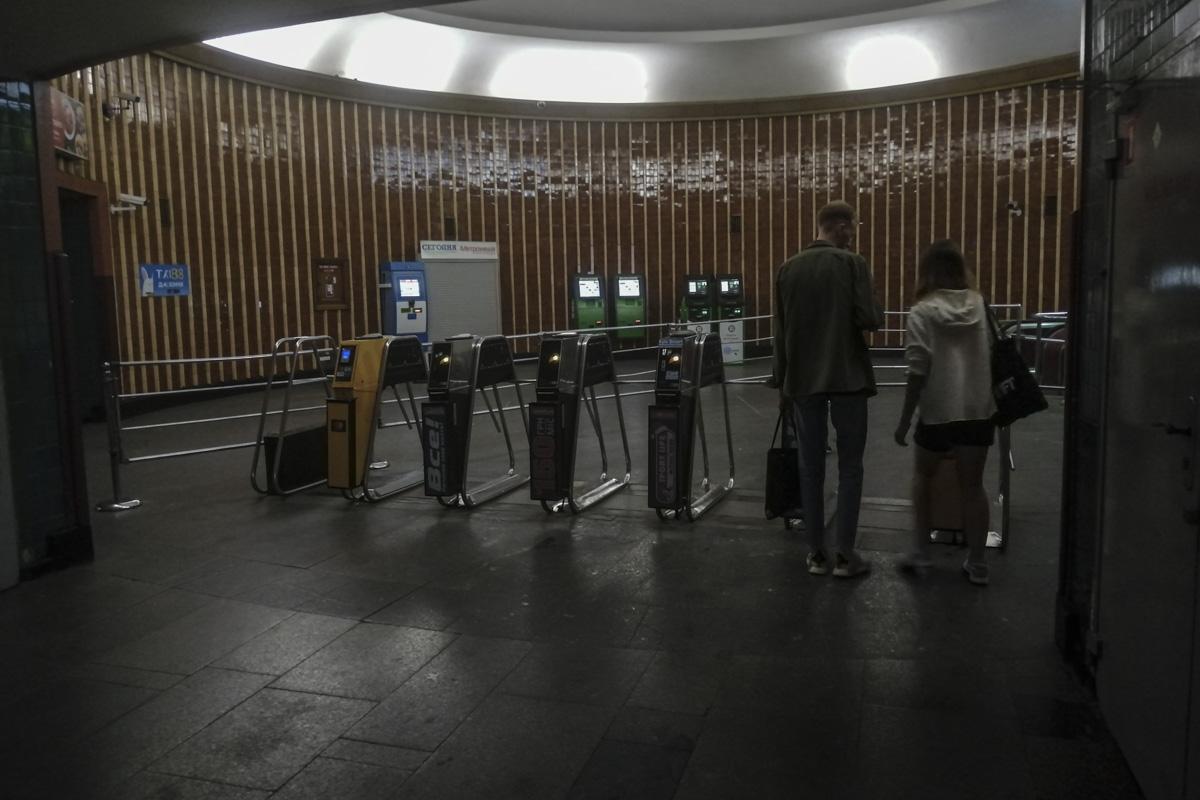 На станции планировали заменить двери и разделительные барьеры