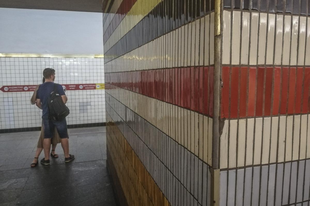 Видно, что на станции активно откалывается кафель