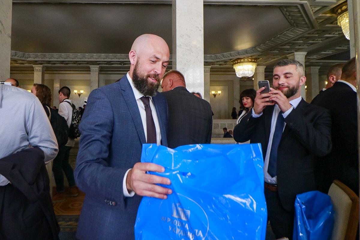 Подарочные наборы депутатам вручили в синих пакетах