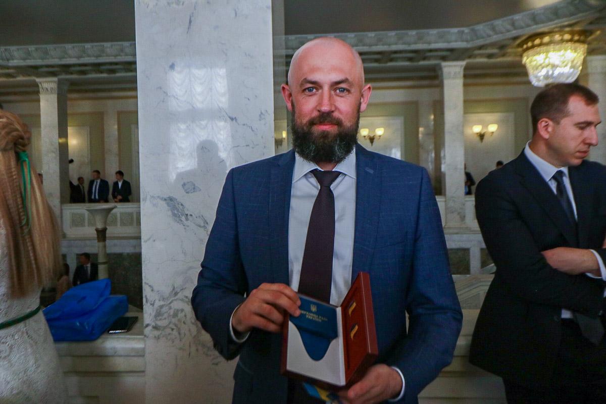 В наборе у каждого были значки, записные книжки, ручка, Конституция Украины, удостоверение и памятка об использовании кнопки для голосования