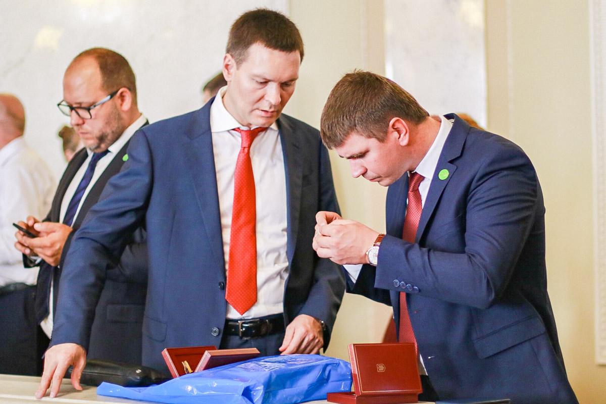 Депутаты делились впечатлениями от подарков и друг с другом, и с представителями СМИ