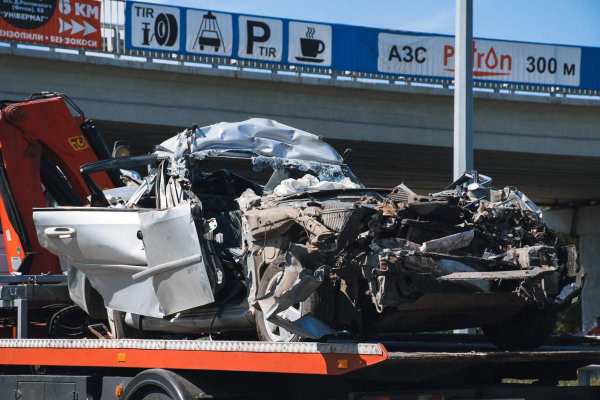 В результате аварии водитель легковушки погиб, а пассажиров госпитализировали в тяжелом состоянии