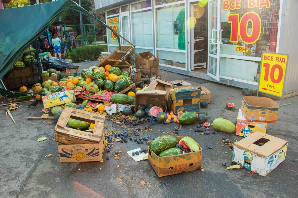 Выезжая из рынка, он чуть не сбил продавщицу арбузов