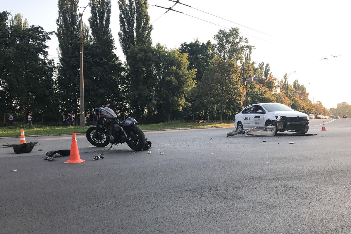 На пересечении улиц Маршала Конева и Василя Касияна произошло ДТП с участием такси Uber и мотоцикла