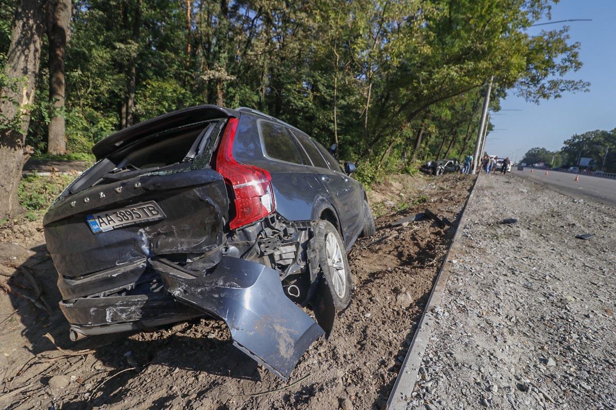Водитель Volvo встал перед ним, чтобы оказать помощь. После этого случился сильный удар