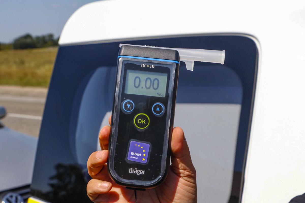 За рулем Audi ехала женщина со своей матерью, правоохранители провели тест на наличие алкоголя у женщины - он показал нули