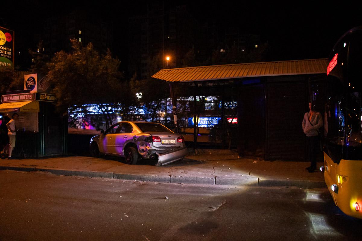 Причина ДТП - KIA не уступил дорогу Mazda при выезде с парковки