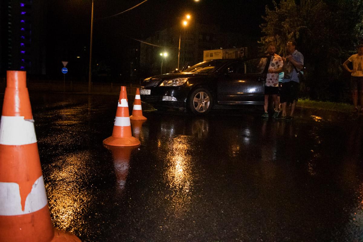 В результате столкновенияMercedes влетел в столб, аSkoda развернуло на дороге