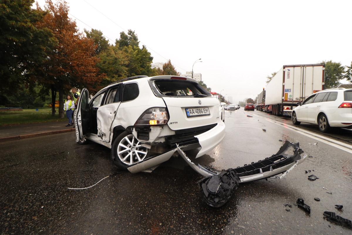 У Volkswagen отлетело заднее колесо, бампер и передняя фара