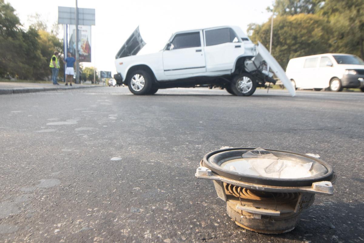 В Киеве на Надднепрянском шоссе Renault врезался в ВАЗ 2107