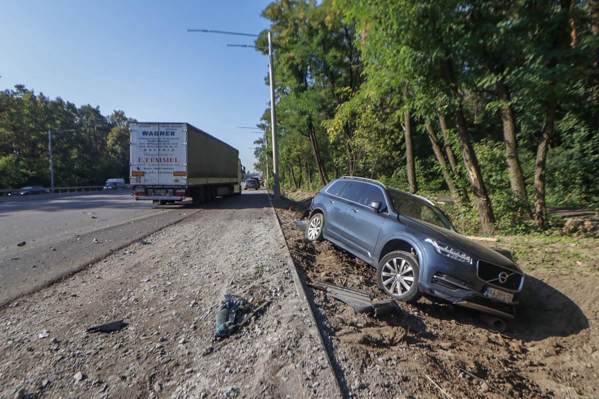Дальнобойщик на полном ходу влетел в BMW, смяв авто как консервную банку, и отбросил его в Volvo