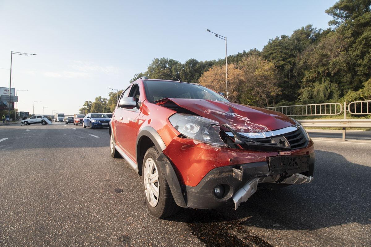 Renault получил повреждения капота и переднего бампера, в то время как у ВАЗ полностью смялся багажник
