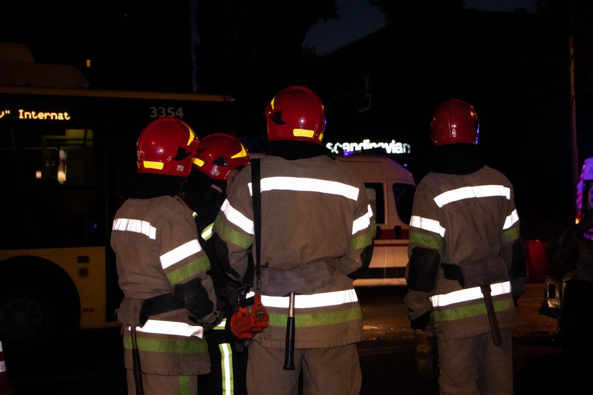 Пожарные потушили автомобиль, но огонь уничтожил BMW до их прибытия