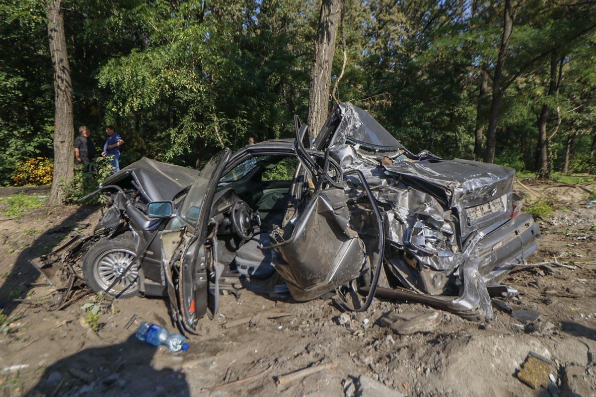 Медики забрали с различными травмами водителя внедорожника и пассажирку BMW