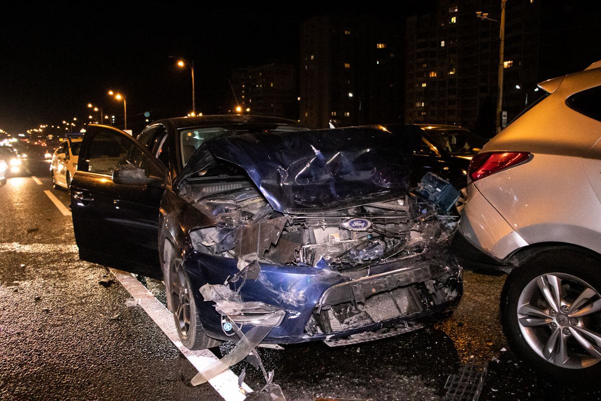 Предварительно, Ford на полной скорости врезался в машины, которые стояли на светофоре
