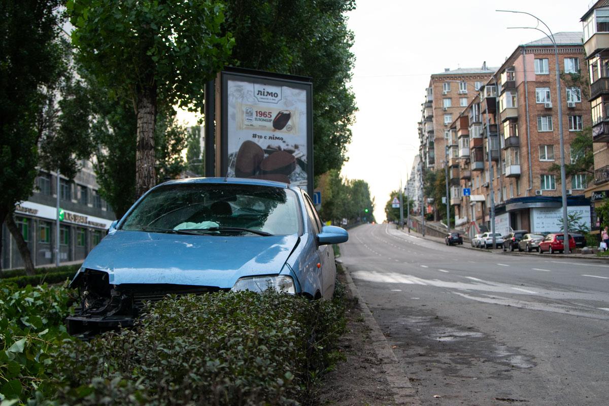 Автомобиль несколько раз развернуло на дороге, после чего он вылетел на аллею