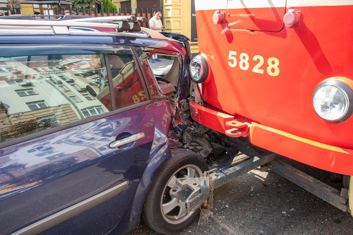 На улице Константиновская произошла авария с участием трамвая №14 и трех автомобилей