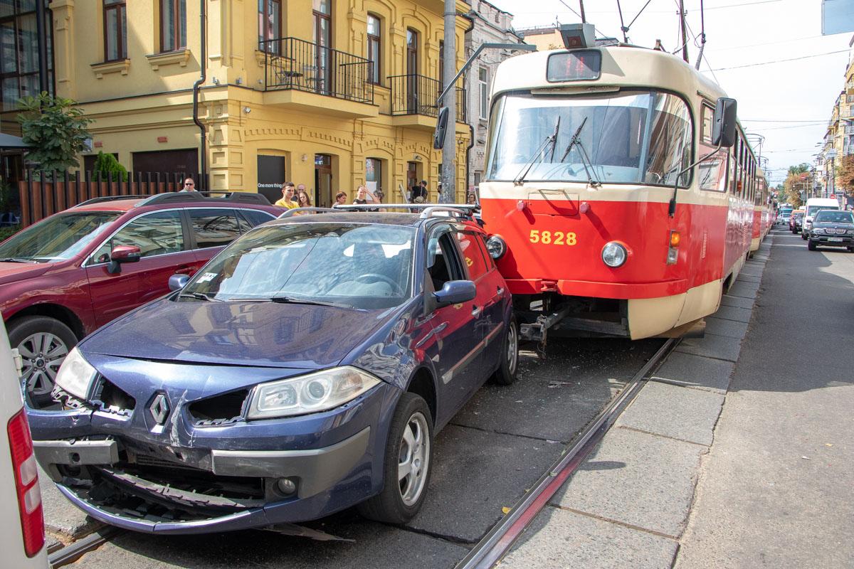 Трамвай влетел вRenault и спровоцировал череду столкновений