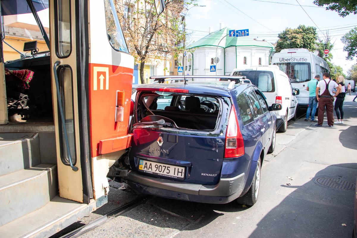 Водитель трамвая №14 не успел среагировать на резкую остановку автомобилей и протаранилMegane сзади