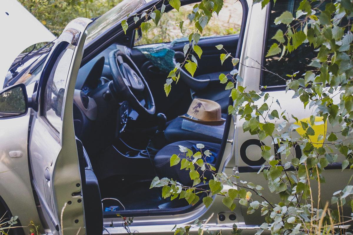 Автомобиль Renault Logan службы такси Uklon врезался в столб
