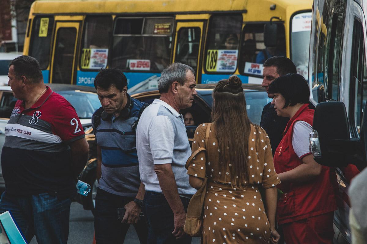 А это он же на месте ДТП в центре Киева, когда прибыла частная скорая помощь