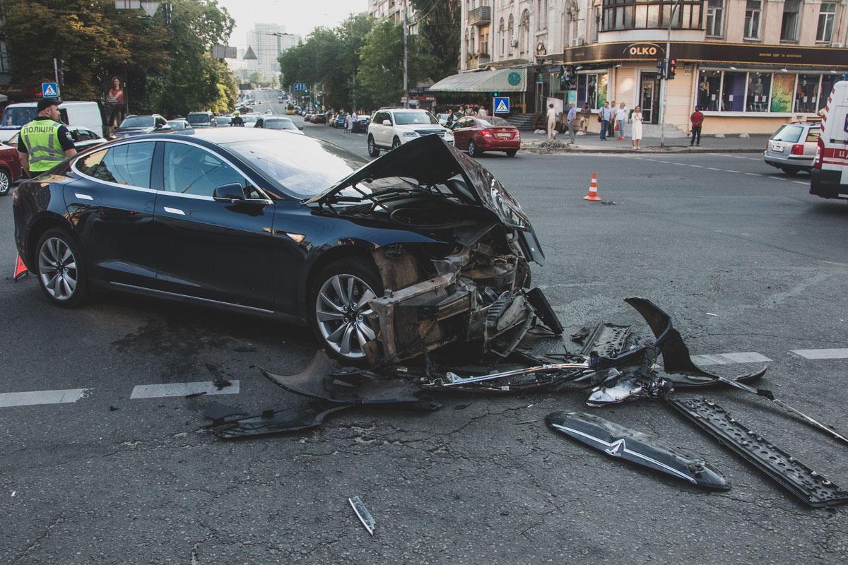 Tesla на перекрестке влетела в Range Rover