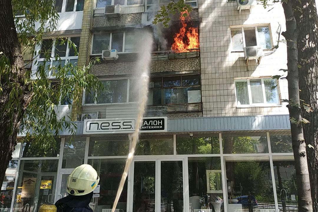На Кирилловской загорелась квартира в 9-этажном доме