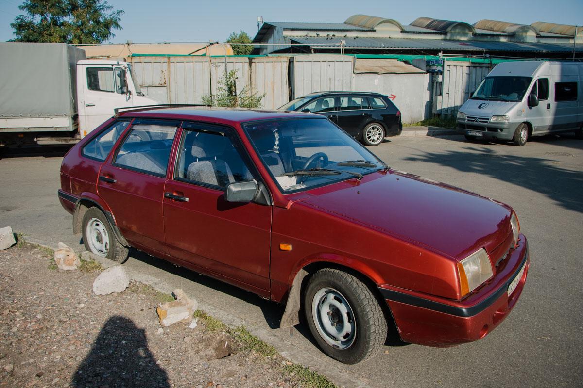 10 августа в Киеве по адресу улица Бориспольская3/1 стоял припаркованный автомобиль ВАЗ 2109