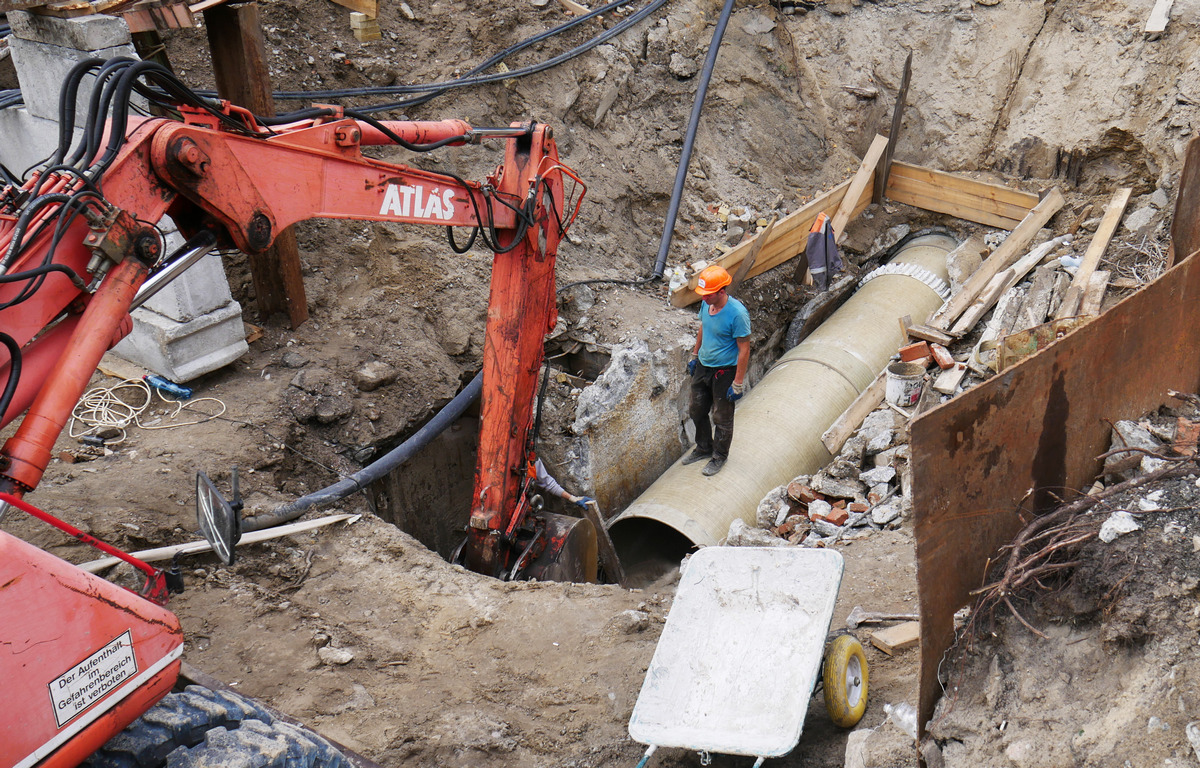 Также идет подготовка котлована для следующего участка трубопровода