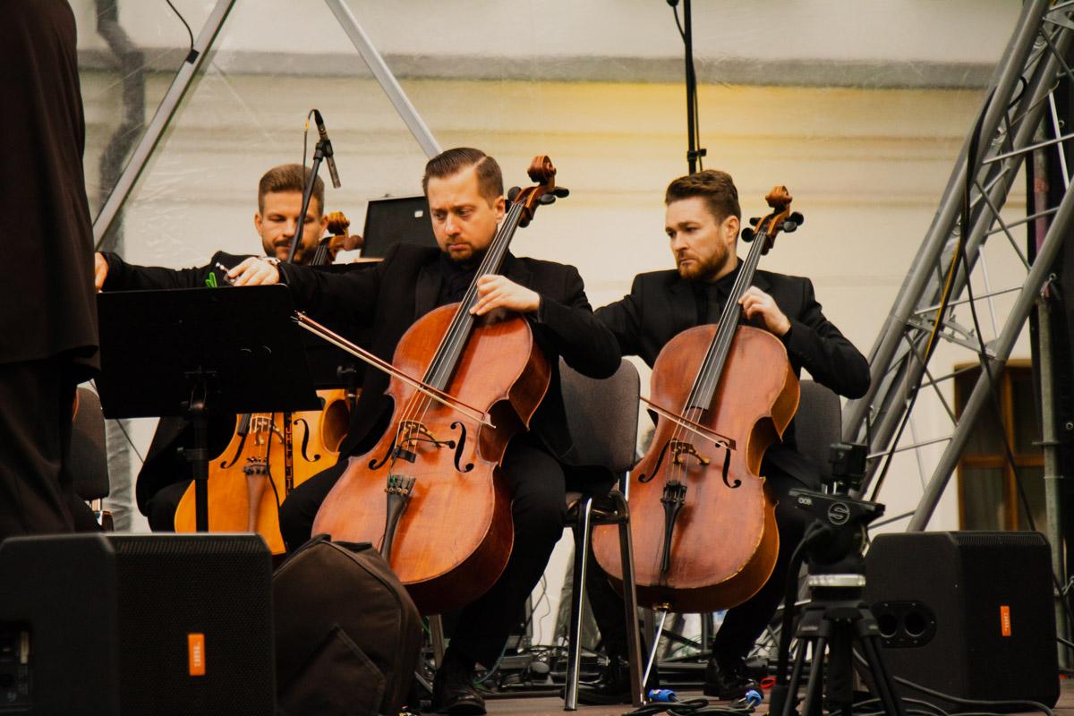 Подобная схема - оркестр и сольные выступления - будет сохраняться все дни фестиваля