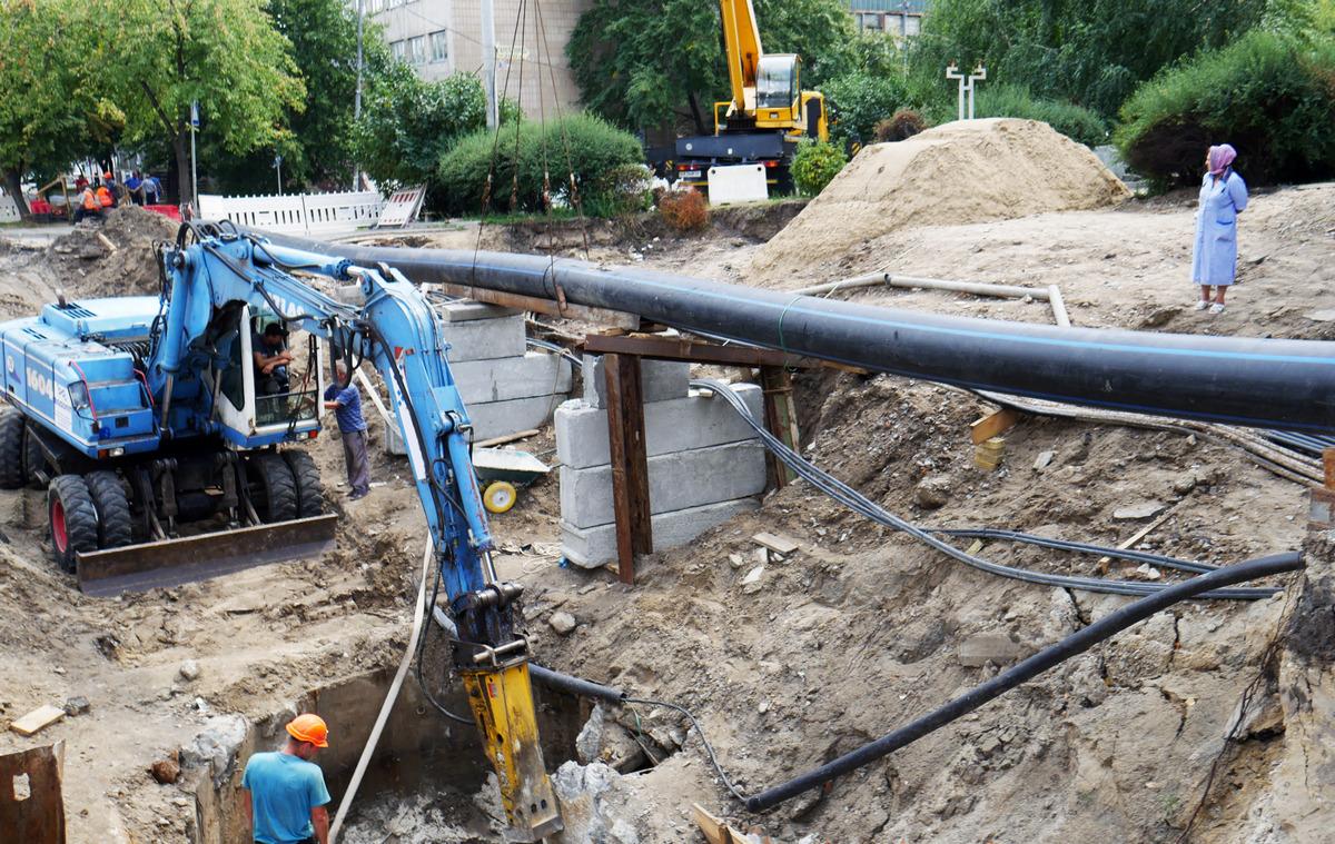 Коммунальщики продолжают ликвидировать повреждения после прорыва трубы на Мостицкой