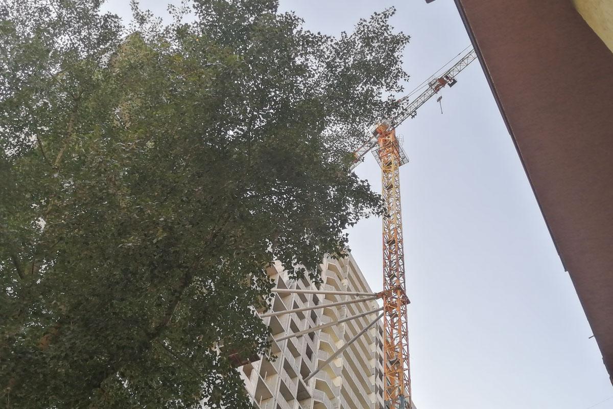 Они залезли на самую верхушку, которая находится на высоте 30 этажа
