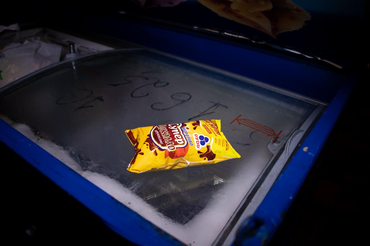 Мужчина вскрыл холодильник с мороженым, установленный у одного из ларьков