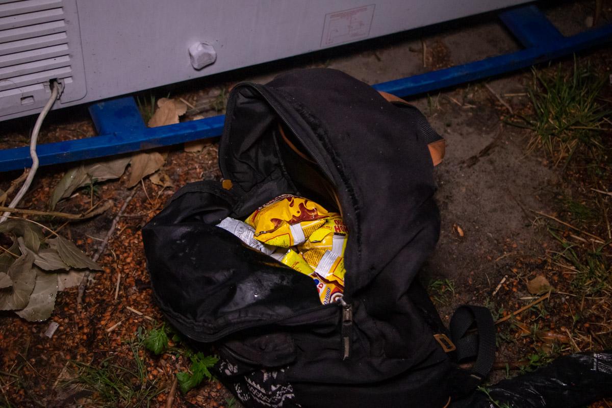 """Сотрудники """"Сириус"""" обнаружили мужчину, который пытался достать из уличного холодильника мороженое"""