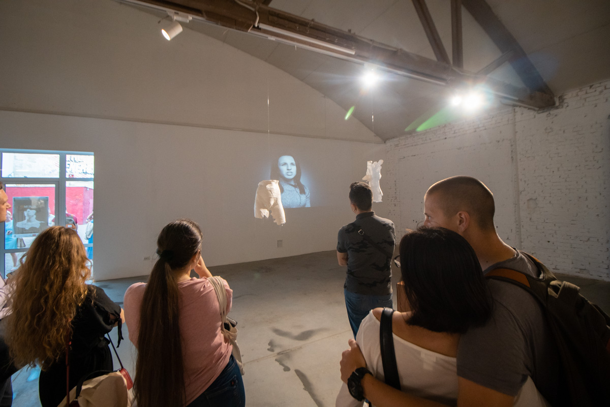 Во многом трагические истории людей транслировались на стену галереи