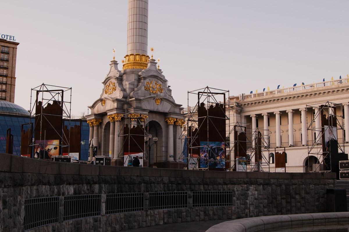 В случае с Майданом Независимости на утро после праздника, солнце высвечивает пока не демонтированные конструкции