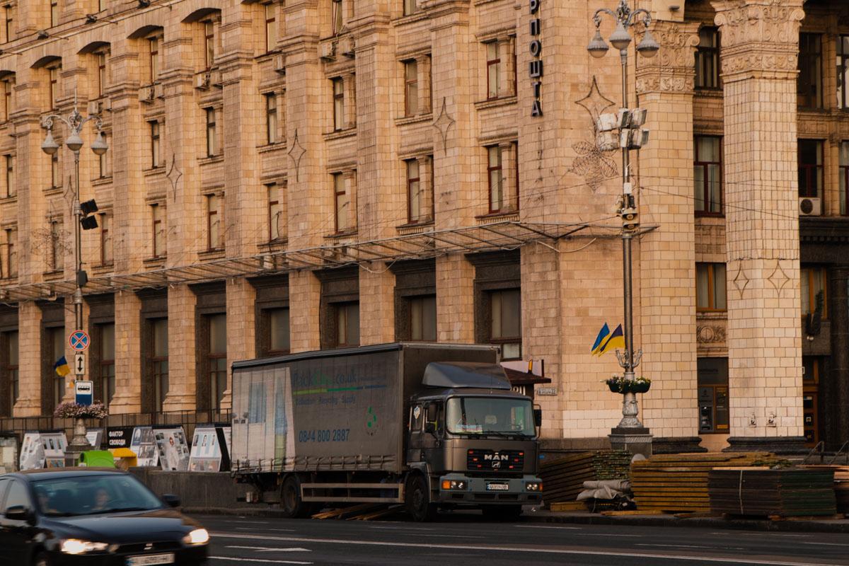 Если не знать, что накануне вся страна праздновала, можно подумать, что на Майдане вот-вот начнется грандиозная стройка