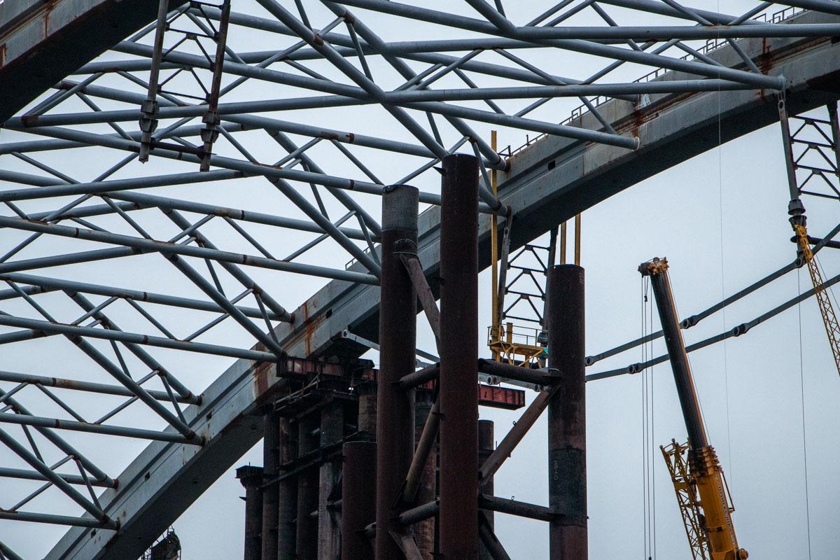 Строители разбирают железные конструкции
