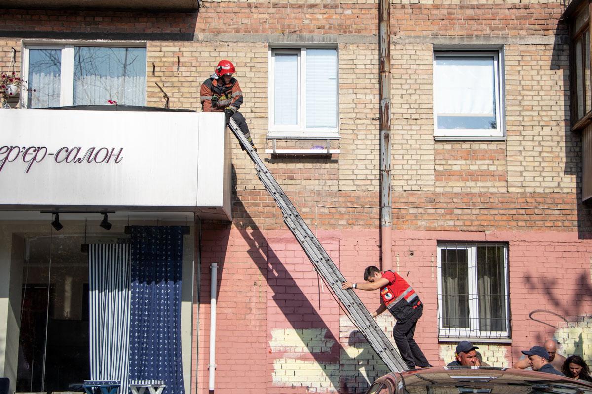 К счастью, она упала не на землю, а оказалась на балконе соседей снизу и выжила