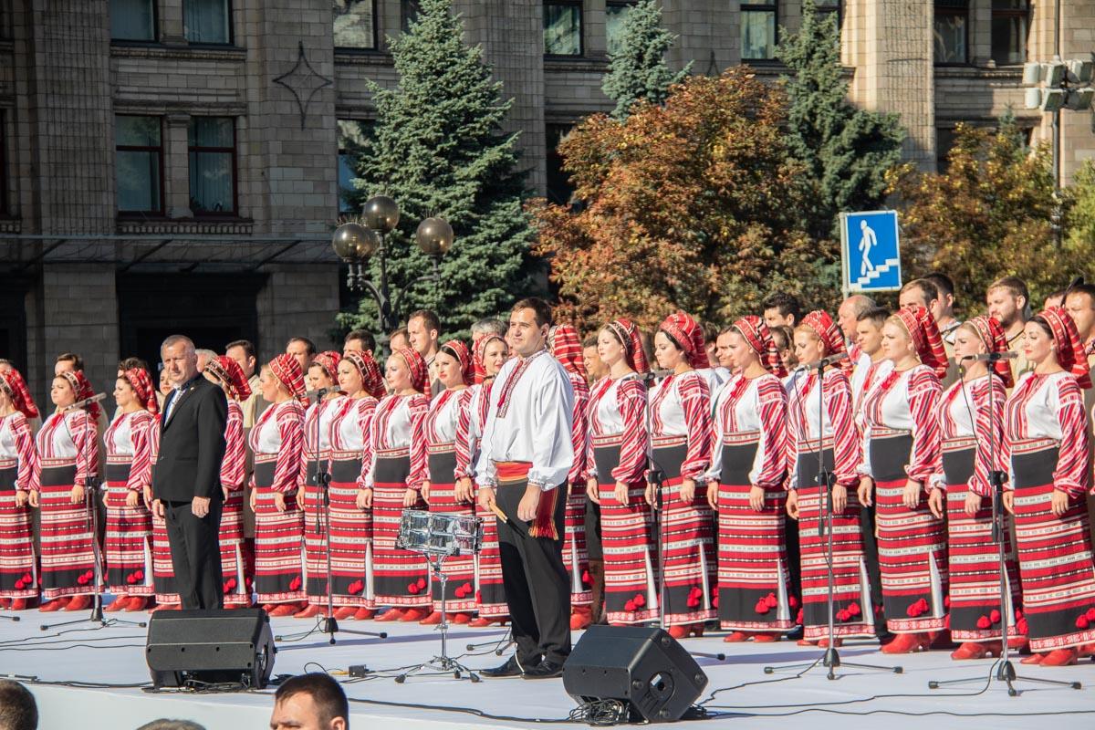 Исполнение легендарной композиции подхватил украинский хор