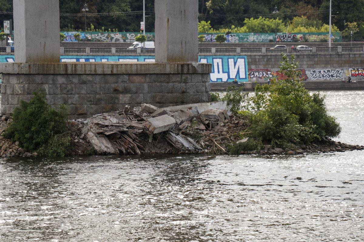 Впрочем, столичные власти говорят, что мост безопасен для пешеходлв