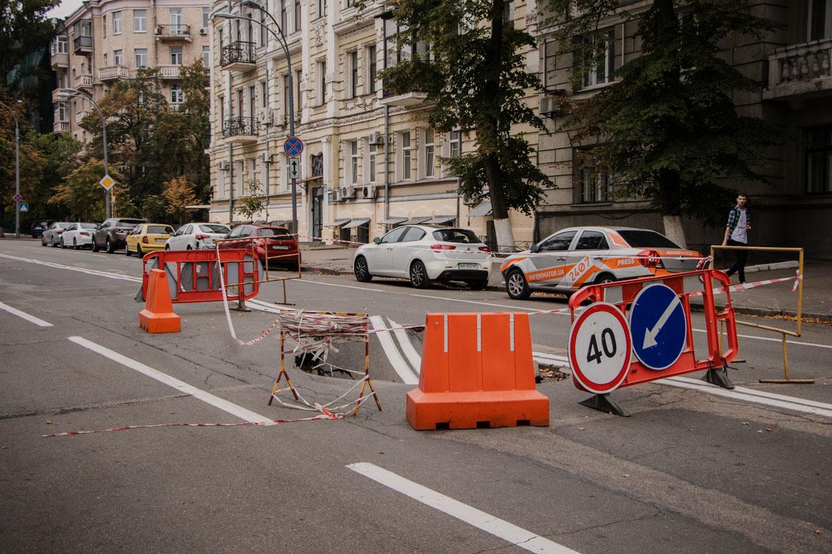 В Киеве на Лютеранской посреди проезжей части провалился асфальт