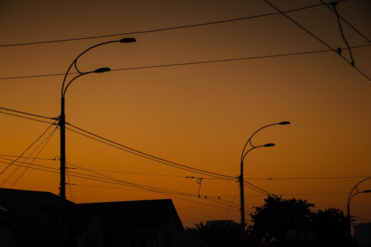 На смену фонарям заступает солнце