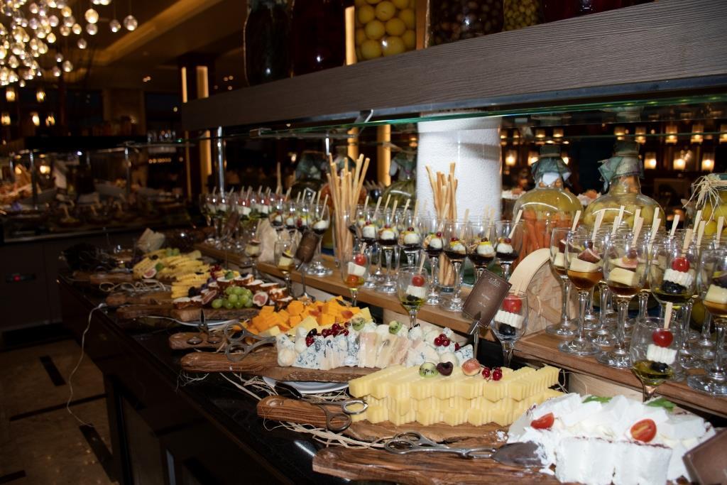 Шведский стол в Rixos переполнен блюдами и продуктами на любой вкус