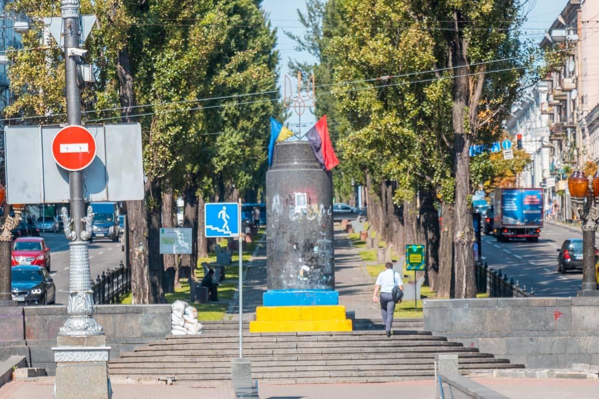 Инсталляция находилась возле снесенного памятника Ленину