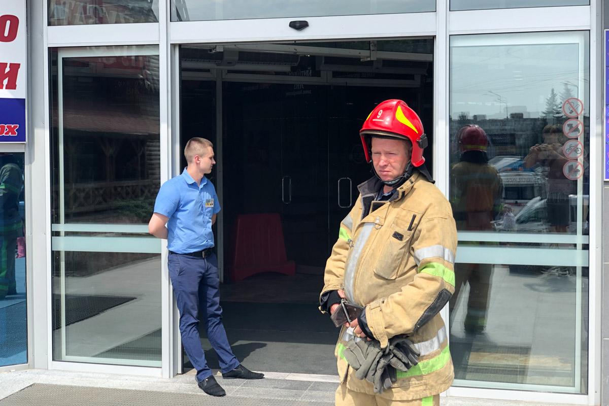 Всех посетителей и сотрудников торгового центра эвакуировали