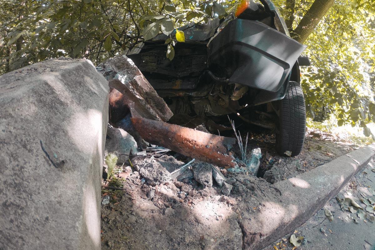 «ВАЗ-2199» вылетел с проезжей части и врезался в электроопору