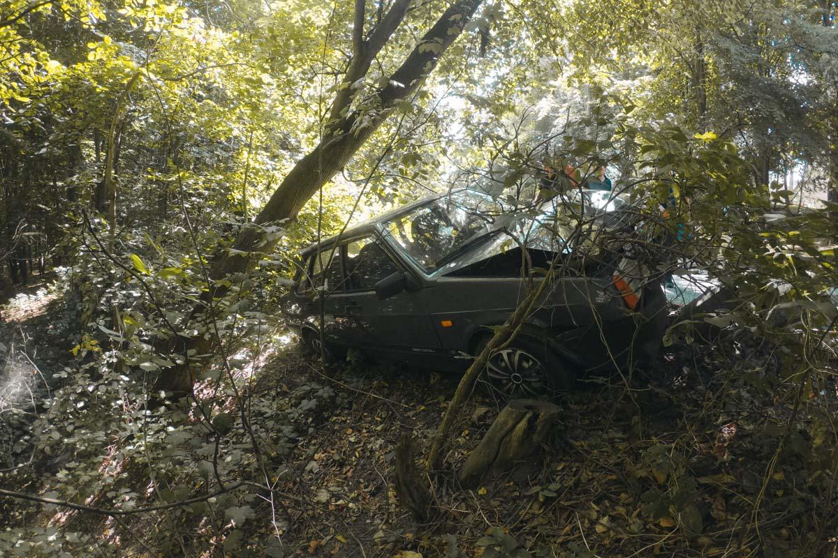 Медики госпитализировали водителя, но после осмотра он вернулся на место аварии